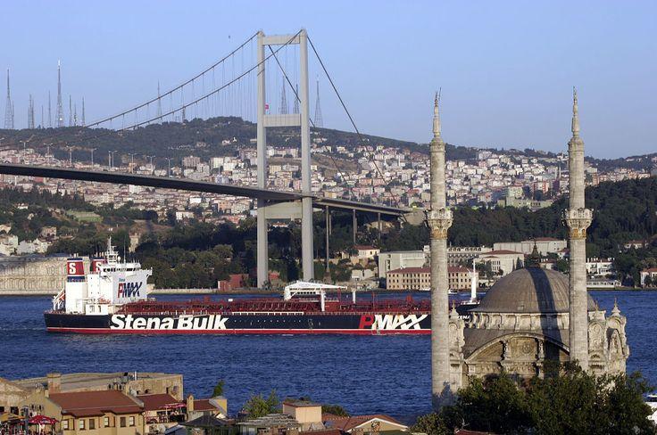 Ponte do Bósforo, em Istambul, na Turkia. Ela está sobre o estreito de Bósforo, e assim liga os lados europeu e asiático da cidade.  Na foto vemos a ponte, que é pênsil e a Mesquita de Ortaköi.  – Wikipédia, a enciclopédia livre