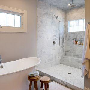 Спа-как ванная комната с огромной душевой кабиной