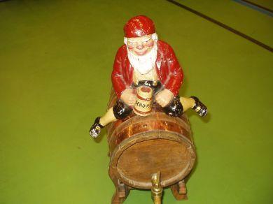 Schous nisse med tønne - Original nisse i støpejern fra Schous bryggeri på 30 tallet.