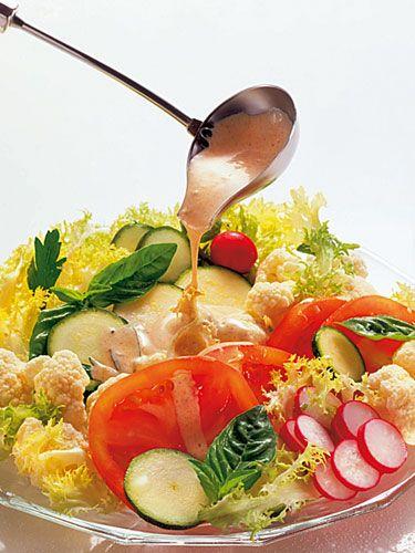 Estiva con salsa yougurt Per l'insalata: 2 zucchine, 1 piccolo cavolfiore, 1 mazzetto di ravanelli, 1 cespo di insalata riccia, 2 pomodori, prezzemolo, basilico.  Per la salsa: 1 vasetto di yogurt greco, 1 spicchio di aglio, 1 limone, sale, pepe bianco.