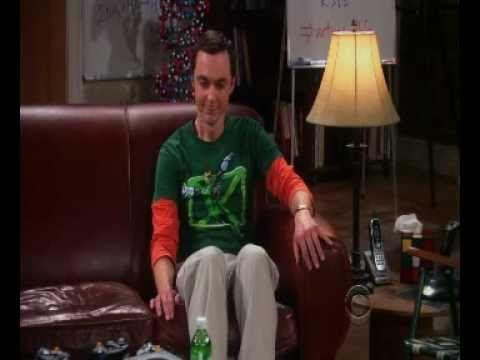 La Importancia del sillon: Big Bang Theory. Sheldon elige su lugar en el sillon. Cuál es tu lugar en tu sillon? ingresa a LoftDesign y compra el que más te guste #sillones #sofas #rinconeros