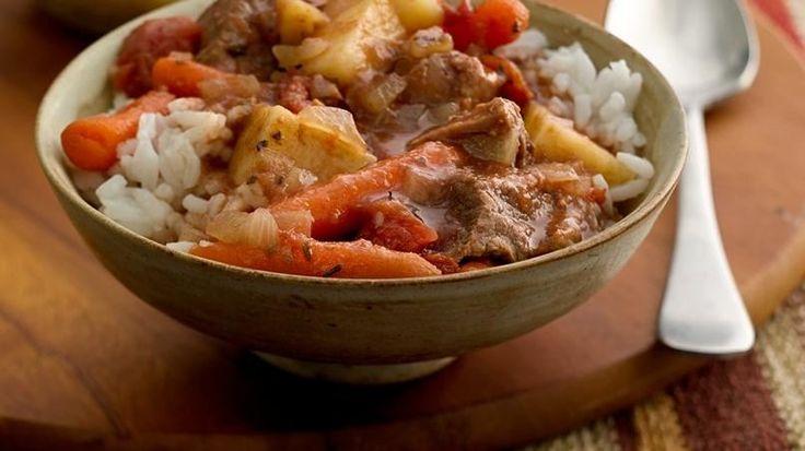 Es tan fácil como contar hasta tres. Pon todo en la olla de cocción lenta a la mañana y a la tarde tendrás todo un éxito en la mesa: ¡estofado de carne!