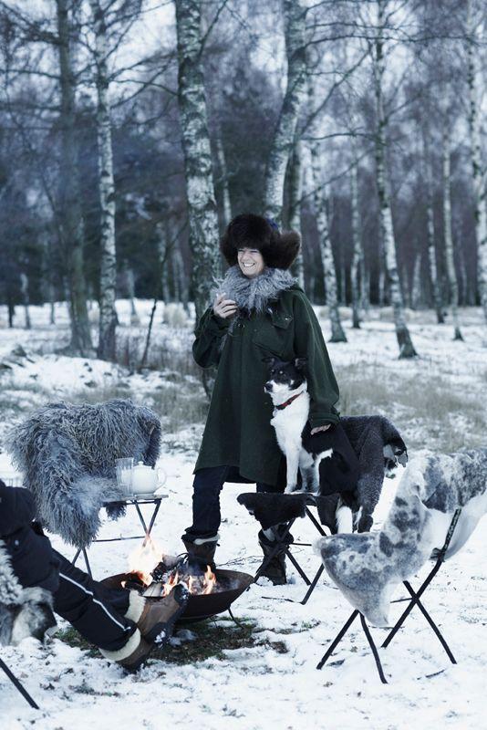 <p>Forskjellige saueskinn er lagt over de gamle, svenske klappstolene som står rundt bålet i hagen. De myke skinnene og varme fra ilden gjør at ettermiddagsteen tross snø og minusgrader saktens kan inntas i det fri. Stolene er kjøpt på loppemarkeder. De står ute hele året og kler den gamle skogvokterboligen godt.</p>