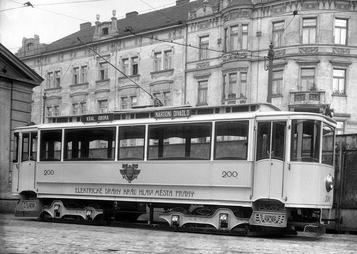 Primátorská tramvaj v Karlíně.