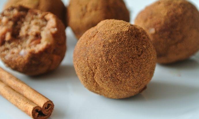 Bezlepkové skořicovo-jablečné kuličky z mandlové drtě