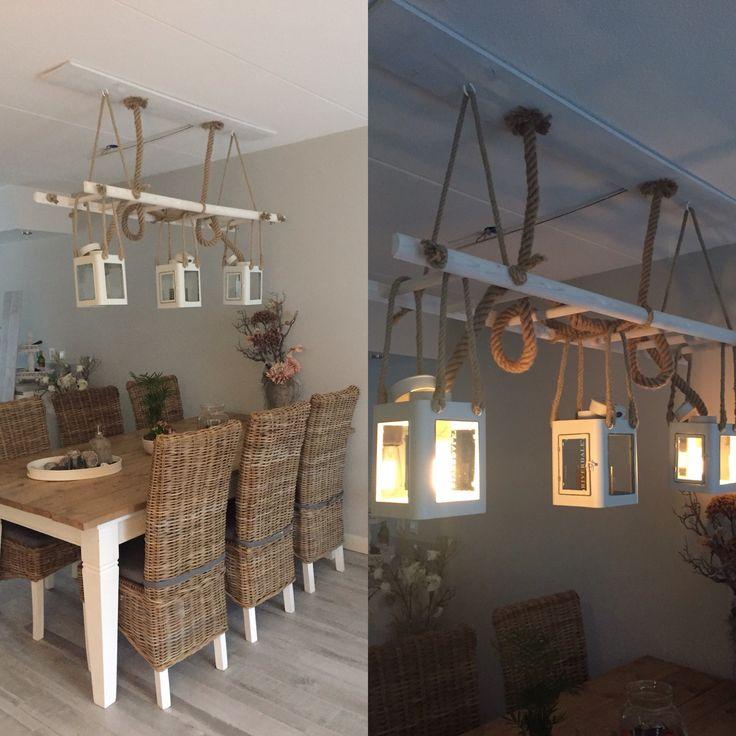 Lamp gemaakt in woonkamer aan een ladder
