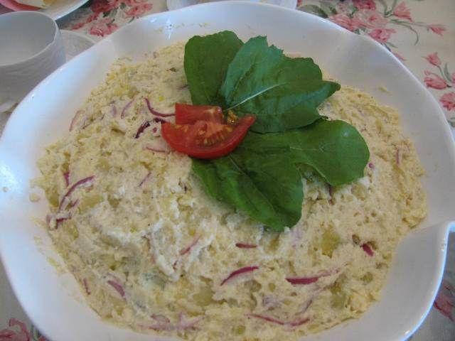 Rokforlu Patates Salatası  -  Pınar Ergen #yemekmutfak.com Rokforlu patates salatası kolayca yapabileceğiniz çok lezzetli ve değişik bir salatadır. Patates, rokfor, labne peynir ve mayonezle yapılan bu salata vejetaryenler için de sağlıklı bir alternatiftir.