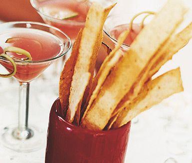 Ett enkelt recept på ett snabbt och lättlagat tilltugg. Allt du behöver är tunnbröd, olivolja och örtsalt. Servera de spröda bröden vid festliga tillfällen eller bjudningar.