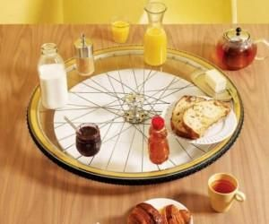 Rueda de bicicleta convertida en plato giratorio para la mesa