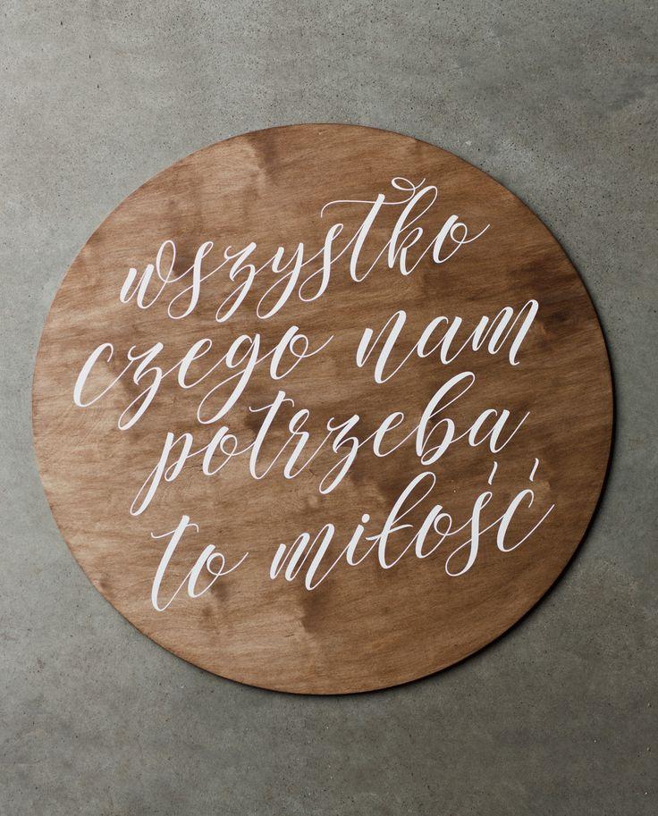 Okrągły szyld z dowolnym hasłem lub imionami pary młodej. Idealnie sprawdzi się na każdym przyjęciu weselnym. Koło ma średnicę 58 cm i wykonane jest z drewna brzozowego. Szyld obustronnie pokryty jest lakierobejcą w odcieniu ciemnego dębu. Istnieje możliwość umieszczenia na kole innego napisu jak i zastosowania innego kroju pisma. Szyld idealnie nadaje się do powieszenia go za stołem prezydialnym Pary Młodej. Doskonale spełni swoje zadanie jako rekwizyt na ślubnej sesji zdjęciowej.  Każdy…