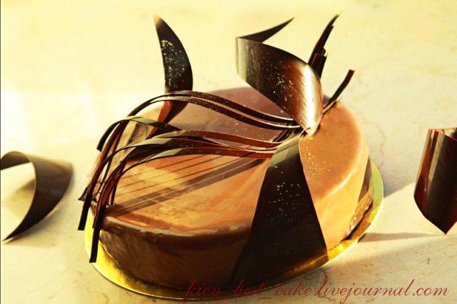 Темперирование (кристаллизация) шоколада Кристаллизация или темперирование необходимо для того, чтобы шоколадные изделия (шоколадные украшения, шоколадные конфеты, шоколадные покрытия) были блестящими, хрустящими, твердыми и легко вынимались из залитых шоколадом формочек.