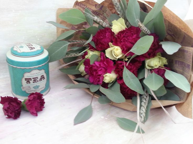 Modern bouquet with corageous colour combination: grey, light green, dark pink. #tea #love #flowers
