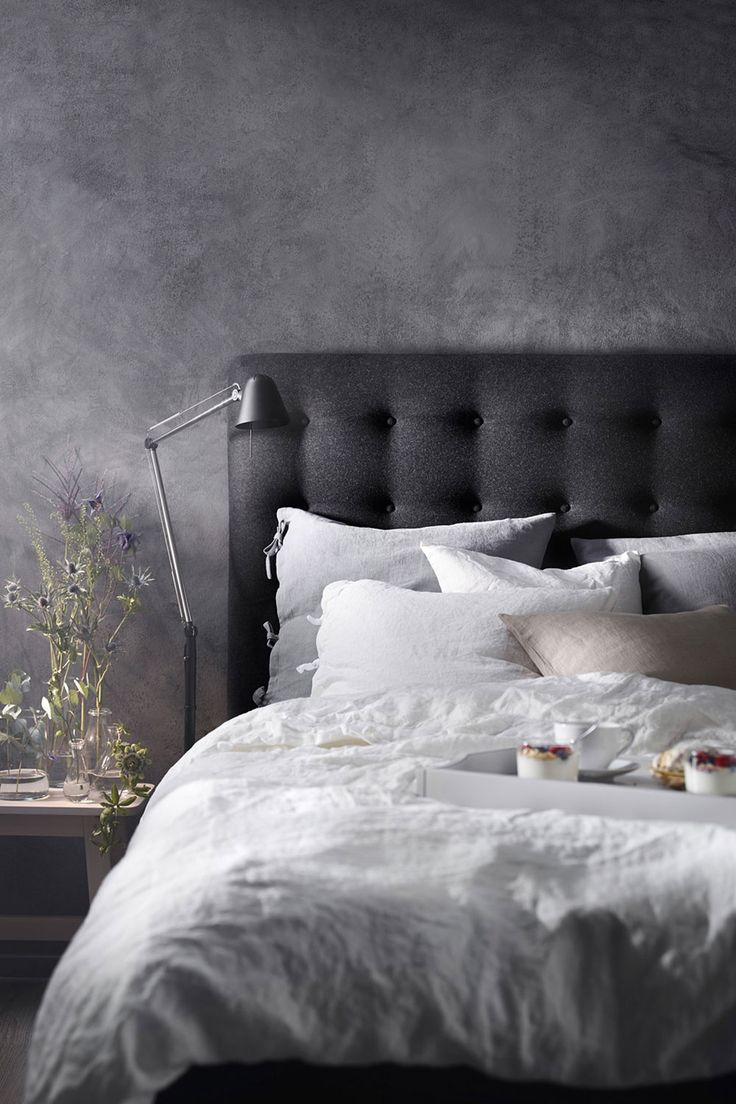 Guter Schlaf gibt Energie und macht nachweislich glücklicher. Genau deshalb möchte ich auch den heutigen Weltschlaftag ein wenig mit euch feiern und auch 7 Wohlfühl-Tipps sowie praktische Stilregeln für mehr Harmonie im Schlafzimmer mit euch teilen!