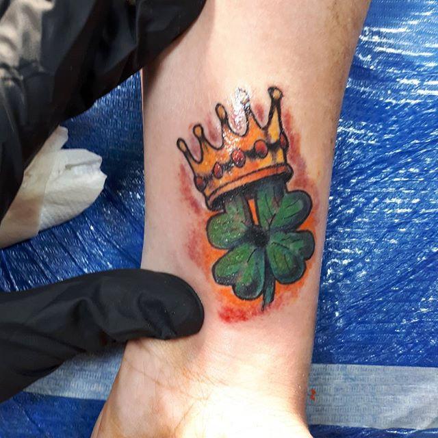 Nofilter Newschooltattoo Colortattoo Tatuaggio Quadrifoglio Corona Portafortuna Italiantattooartist Lucafr Print Tattoos New Tattoos Paw Print Tattoo