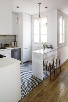 Una cocina abierta con barra de desayunos