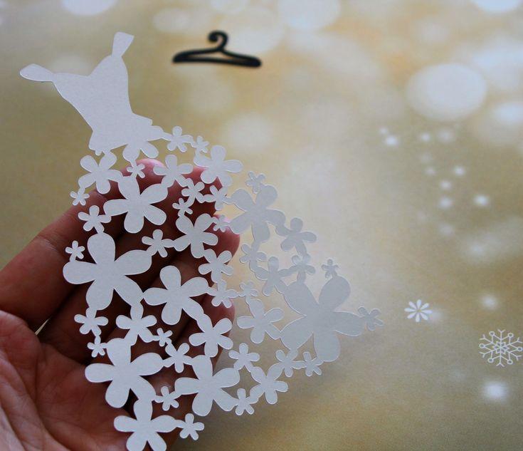 Um delicado aplique em forma de vestido de casamento finamente recortado e cheio de detalhes. Você pode usar este recorte para embelezar suas páginas e projetos de scrap. <br> <br>Fica lindo para capa de agenda da noiva. Uma dica é embelezar o miolo das flores com mini pérolas ou cristas. :) <br> <br>--- <br>* Material: Papel para scrapbook metalizado; não adesivado. <br> <br>* Quantidade por pacote: 01 (um) recorte em formato de vestido de noiva e 01 (um) recorte em formato de cabide. <br…