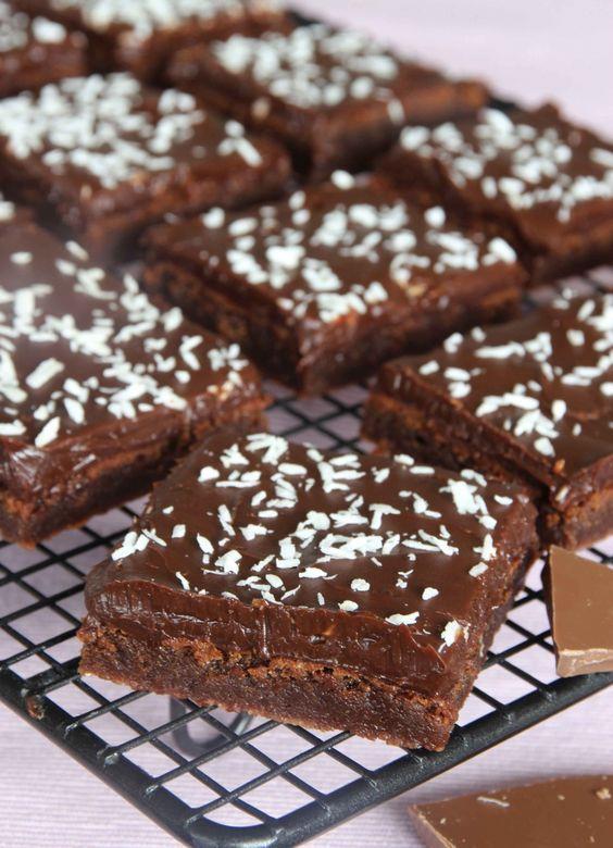 Lite kladdiga brownierutor med en krämig, mörk chokladganach på toppen.