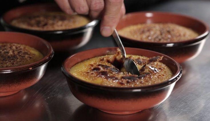 La crema catalana è un dolce al cucchiaio tipico della cucina spagnola. Ecco la ricetta per prepararla velocemente a casa.