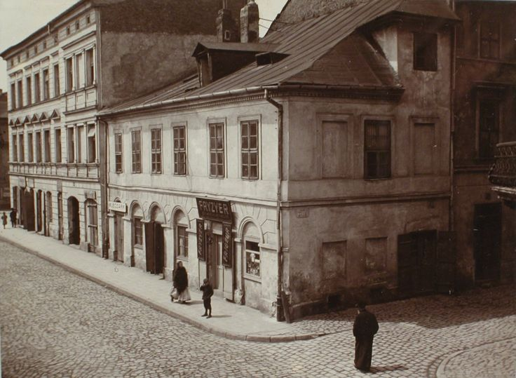 Jews at the corner of Jozefa and Kupa, 1914 . Visible hair salon.The National Archives in Krakow