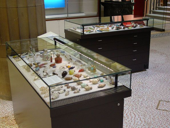 Best 25 Museum Display Cases Ideas On Pinterest Museum