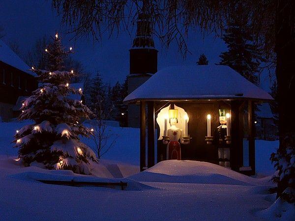 Engel und Bergmann bei Nacht im Weihnachtsland Erzgebirge