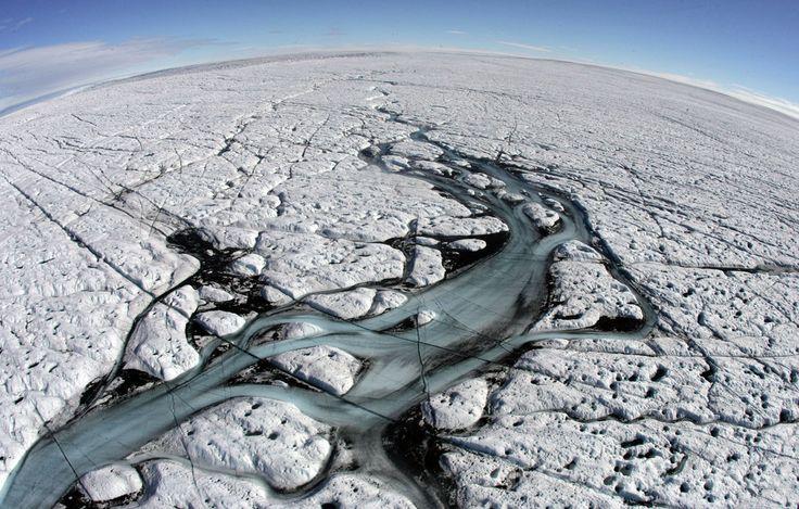 デンマーク領グリーンランド(Greenland)西岸イルリサット(Ilulissat)近くで上空から撮影された内陸氷(2007年8月17日撮影、資料写真)。(c)AFP/MICHAEL KAPPELER ▼10Mar2014AFP|オゾン層破壊気体、大気中で新たに4種発見 国際研究 http://www.afpbb.com/articles/-/3010090 #Ilulissat #Greenland #Gronland #Kalaallit