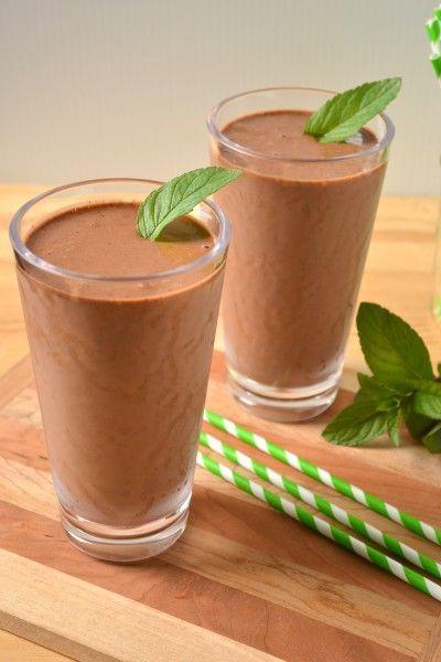 Vegan Çikolata Nane Sarsıntı Bir büyük muz, kabaca doğranmış ve dondurulmuş soyulmuş 1/2 çay kaşığı vanilya istenirse (veya 1 1/2 küçük muz) 1 1/2 C badem sütü (ya da en sevdiğiniz şekersiz süt), artı ince daha, 1/4 - 2 yemek kaşığı şekersiz kakao tozu - 1/3 C paketlenmiş nane 1 1/2 yaprak