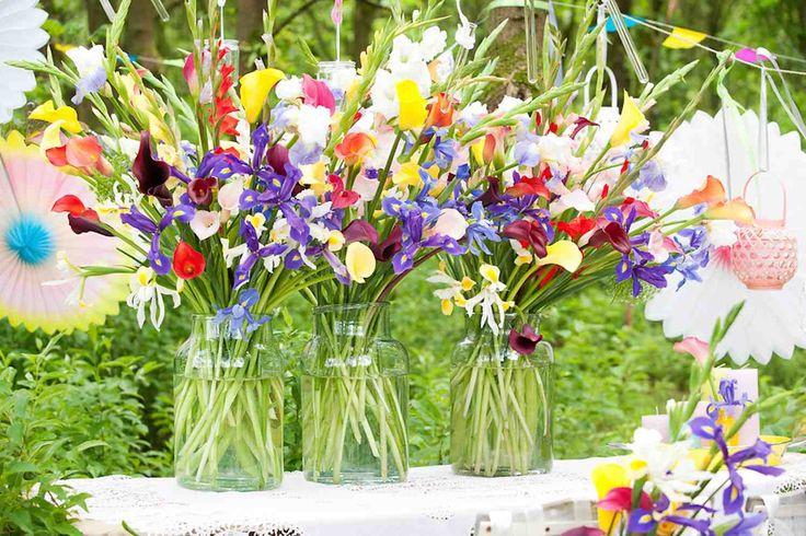 LISSE - In deze tijd van het jaar zijn de zomerbloemen op hun allermooist; de positieve energie spat ervan af. Ook het aanbod is overweldigend: van waanzinnige gladiolen tot magische calla's, van stralende irissen tot wonderschone lelies. De zinnenprikkelende bloemengeuren maken het zomergevoel compleet.    Vers van het veld  Een vaas met één soort bloemen is