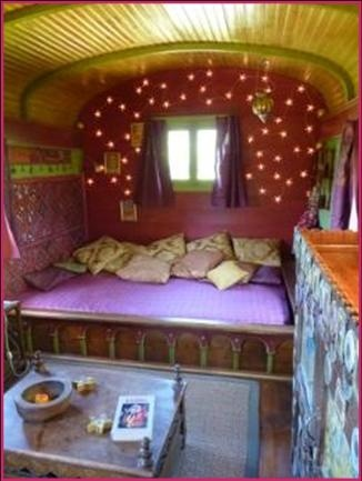 Old gypsy wagon hotel room - Les Roulottes de la Serve, Provence, France