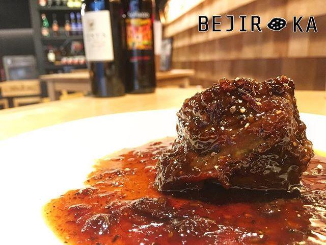 ✨本日のおすすめ✨ 🌶🌽🍠🍒🍑🍍🍅🍆 『和牛ホホ肉の赤ワイン煮込み 〜大人のビネガー仕立て〜』 晩夏の夜のお供には赤ワインと美味しいお料理を🌝✨ ・ トロトロになるまで煮込んだホホ肉は、ホロホロっとお口の中でほどけて濃厚な味わいに🙈💕 まさに大人のひと時😍 ・ スタッフ一同ご来店お待ちしてます🤗❤️ ・ ・#ベヂりに行こうか 🍆 #ベヂロカ #bejiroka #名古屋 #nagoya #牛ほほ肉 #赤ワイン煮込み  #pasta #パスタ #名駅 #名古屋駅 #バル  #野菜 #vegetables #野菜ソムリエ #ワイン #wine  #サラダ #salad  #ピザ #pizza #スイーツ #sweets #野菜たっぷり #ベジタリアン#vegetarian #美容 #健康 #料理 #肉