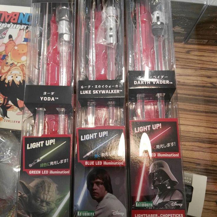 Por fín ven s logrado tener tres pares diferentes a la vez en la tienda !! Chopsticks sable luz con led de Star Wars. Tenemos de Yoda Darth Vader y Luke Skywalker :-) #mistergiftbcn #mistergift #oficial #official #starwars #palillos #chopsticks #yoda #drathvader #lukeskywalker