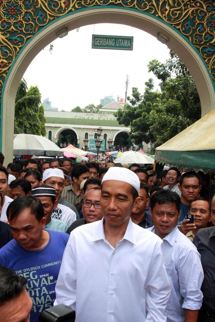 Calon Gubernur DKI Jakarta, Jokowi, makan di warteg usai salat Jumat di Masjid Sunda Kelapa, Menteng, Jakarta Pusat, Jumat (6/4/2012). Pengusaha warteg berharap kepada Jokowi jika terpilih menjadi gubernur DKI Jakarta berharap agar warteg tidak dikenakan pajak.