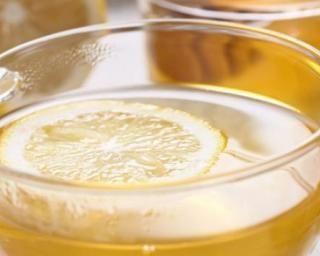 Boisson chaude au jus de citron pour calmer l'inflammation et réduire l'infection : http://www.fourchette-et-bikini.fr/recettes/recettes-minceur/boisson-chaude-au-jus-de-citron-pour-calmer-linflammation-et-reduire