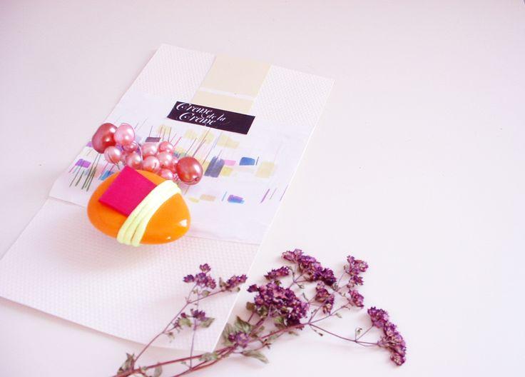 Pomerančová pěna s vanilkou Pomerančová oblázková brož s korálky a saténovou stuhou, zapínací špendlík (můstek), rozměr 6 x 6 cm.Baleno s dárkovou krabičkou.