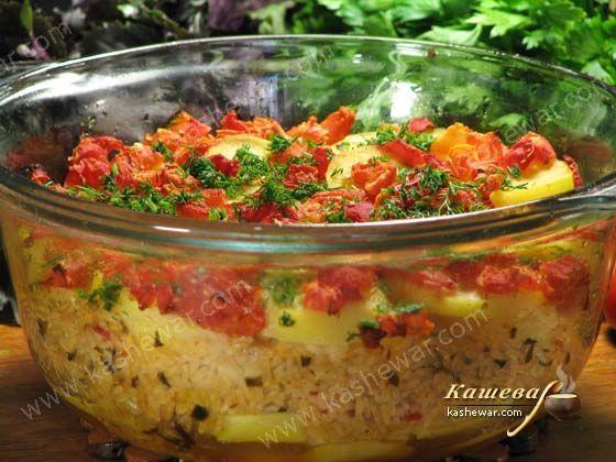 Картофель, запеченный с рисом и томатами –  Картофель – 1 кг Рис – 200 г Помидоры – 3-4 шт. Лук репчатый – 2 шт. Петрушка – 2,5 ст.л. Укроп – 1 пучок Масло растительное Орегано Перец черный молотый Соль