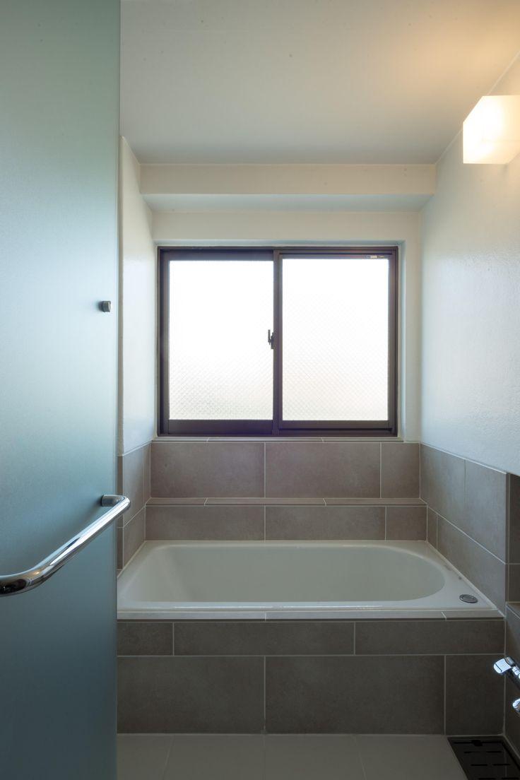浴室(椅子にもなる小上がりのある家:『杉田のリノベーションB』) - バス/トイレ事例 SUVACO(スバコ)