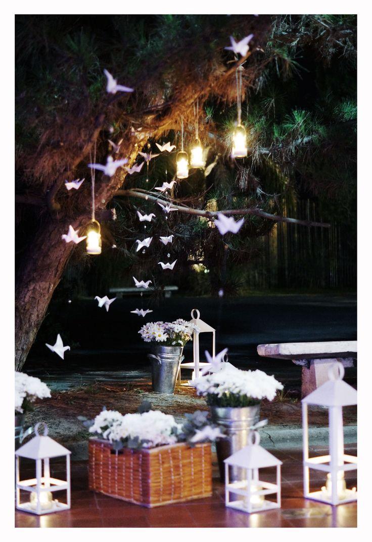 Deco para ingreso en exterior con grullas, canastos, flores y fanales porta vela #weddingdeco #ambientación #boda #decoboda #dinuccipaisajismoeventos #flores #floraldesign #botella #lisianthus #gerbera #velas #grullas #velas