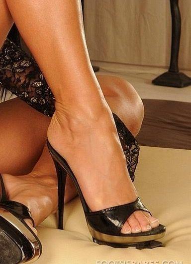 Сексуальные ножки в сабо — photo 10