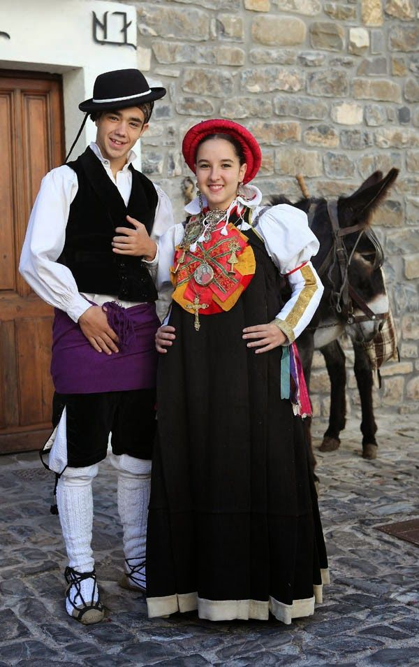 country traditional costumes In transdanubia, which covered the third of the country east of the danube, the traditional dress was influenced by neighboring croatia, slovenia, and serbia, according to nationalclothingorg the influence was mutual, and some features of the hungarian folk dress can be found in these countries' national attire.