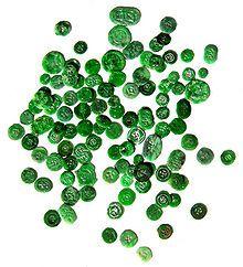 【ヒスイ(翡翠、jade)】Jade is an ornamental rock. The term jade is applied to two different metamorphic rocks that are made up of different silicate minerals. 鉱物学的には「翡翠」と呼ばれる石は化学組成の違いから「硬玉(ヒスイ輝石)」と「軟玉(ネフライト : 透閃石-緑閃石系角閃石)」に分かれ、両者はまったく別の鉱物である。しかし見た目では区別がつきにくいことからどちらも「翡翠」とよんでいる。