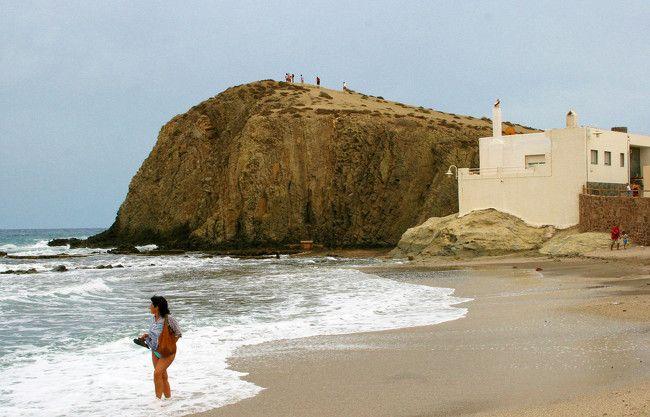 Con una exclusiva luz, un mar cristalino, una tierra volcánica y 63 kilómetros de franja costera mediterránea, Almería está aún por explorar. El cabo de