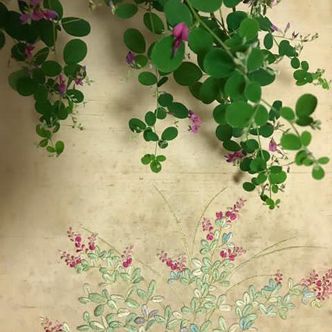 ダルマ萩 * 若い頃、日本刺繍を習っていて刺した萩の花です。 萩は、秋の七草の一つで好きな花ですが、保存の仕方が悪くて、ずいぶんシミが目立ちますが、この季節になると懐かしく思い出されます。 * #ダルマ萩 #japaneseclover #日本刺繍 #秋の七草