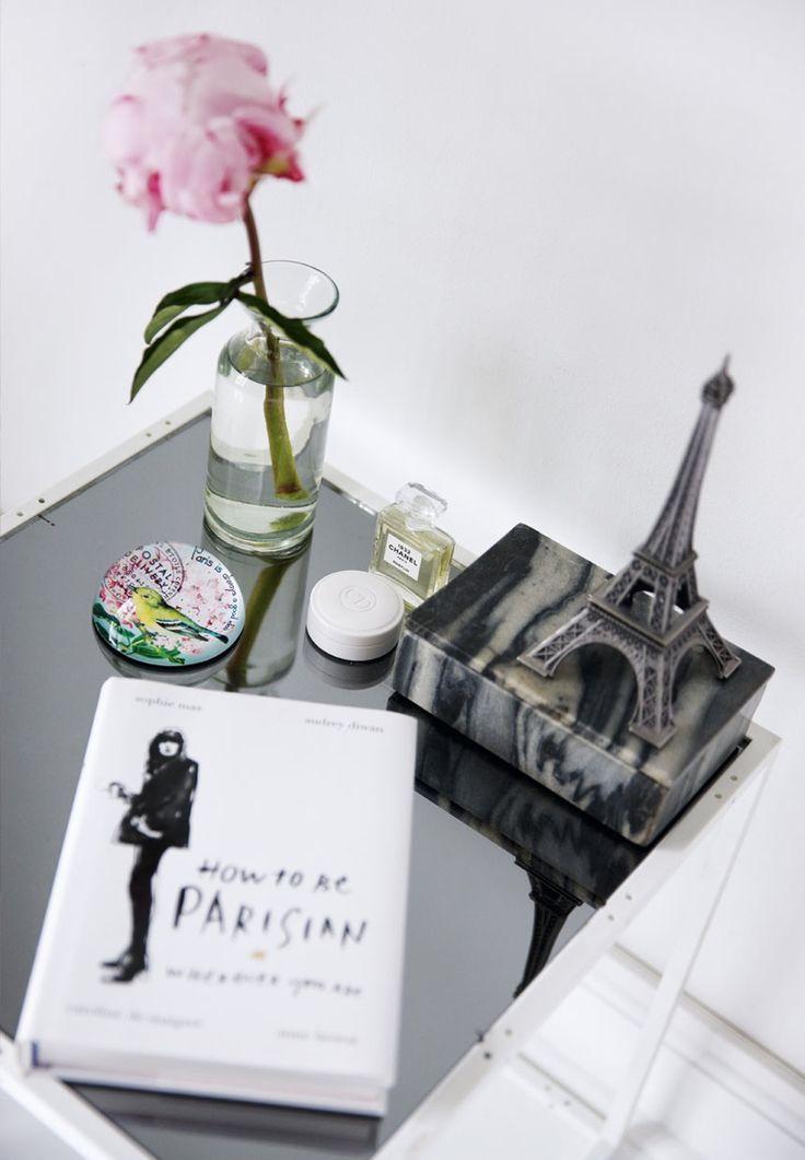 Camilla Natascha Nivaro er vild med mode – og indretning. Og hun bor, som hun klæder sig: Med en minimalistisk base af designklassikere i rene linjer og god kvalitet. Så er der nemlig ro til at lege med accessories med attitude og personlighed.