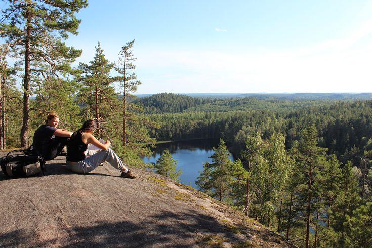 Zu Fuß malerische Wälder, geheimnisvolle Halbinseln und idyllische Uferpfaden folgen. Finnland Urlaub Wandern führt zu geistiger Erholung.