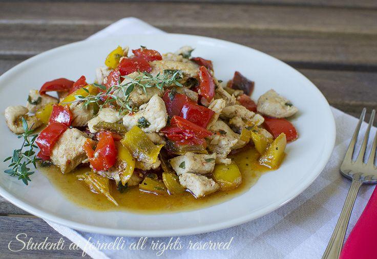 Dadolata di pollo e peperoni in padella, secondo piatto facile e veloce estivo, leggero senza frittura e senza panna.