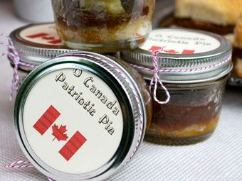 O Canada Patriotic Pies - These picnic-ready, personalized pies are a fun food take-away for your guests (now say that 10 times quickly).