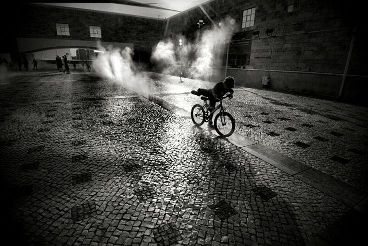 O fotógrafo trás o instante, demasiado em profundidade e extensão imagética. Um Portugal vivo e soante, é visto por suas lentes.