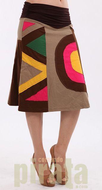 Falda tres cuartos muy agradable con la combinación de colores en mosaicos geométricos de formas diferentes.  Falda exclusiva en Comando Pirata. Enviamos a toda España. Envío rápido con garantía total. Calidad y excelencia en diseño.