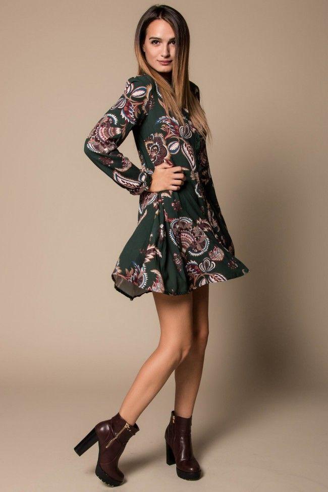 Floral Swing Dress in Vert Φλοράλ φόρεμα με με κουμπιά μπροστά σε σκούρο πράσινο χρώμα Άνετη εφαρμογή, one size. Η Έλενα έχει ύψος 1,74.  Σύνθεση: 95% Polyester, 5% Elastan