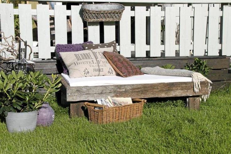 En avslappende dagseng ute i hagen gir den riktige feriefølelsen. Dekorert med flotte puter og pledd kan man nyte solen og en god bok. Fra drivved.no